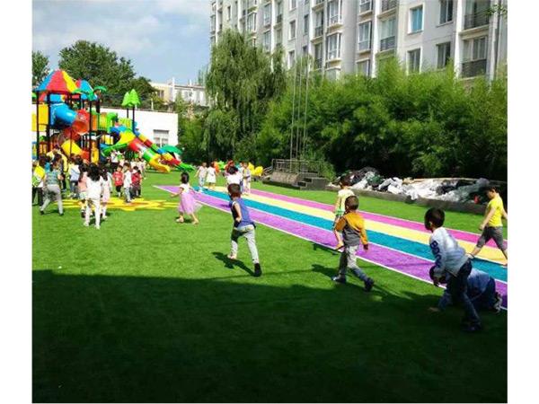 العشب الاصطناعي لملعب رياض الأطفال