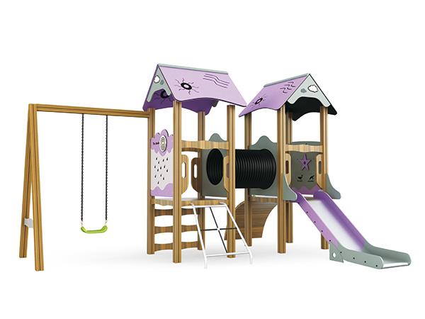 Hout speelgrond met swaai en glybaan vir kinders om in die natuur te speel